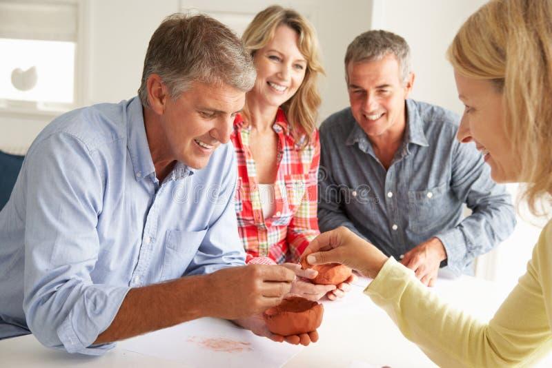 Mittleres Alter verbindet die Lehmformung stockfotos