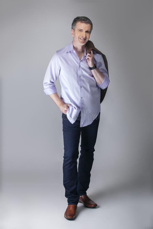 Mittleres gealtertes Modell Posing mit Gesch?fts-zuf?lliger Mode stockbilder