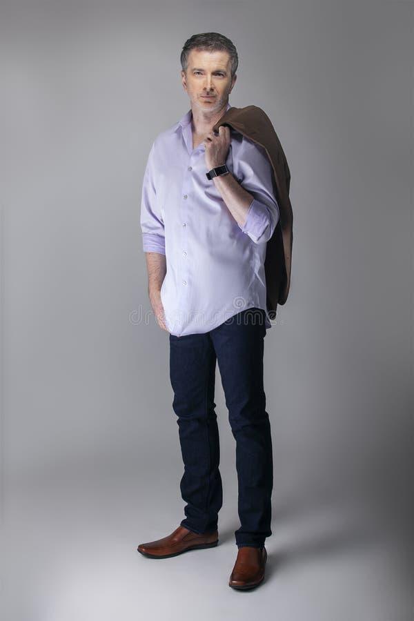 Mittleres gealtertes Modell Posing mit Gesch?fts-zuf?lliger Mode lizenzfreie stockfotos