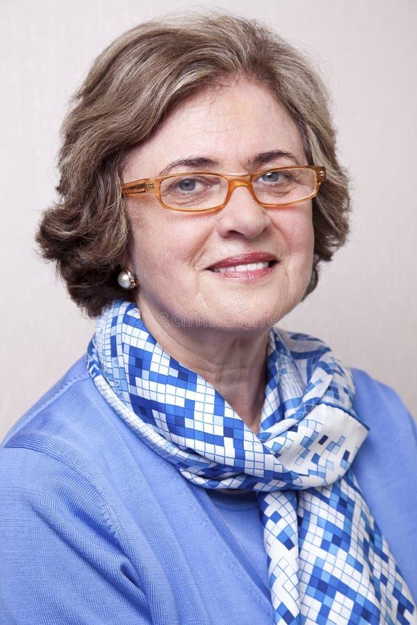 Älteres lächelndes Frauen-Porträt stockbilder