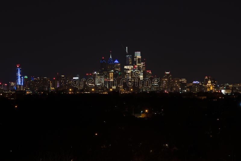 MittstadsPhiladelphia horisont på natten royaltyfri bild