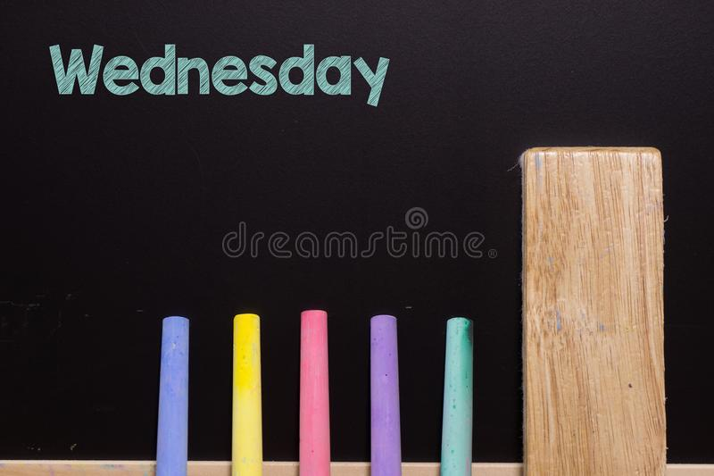 Mittwoch auf Tafel mit Kreide und Radiergummi lizenzfreie stockbilder