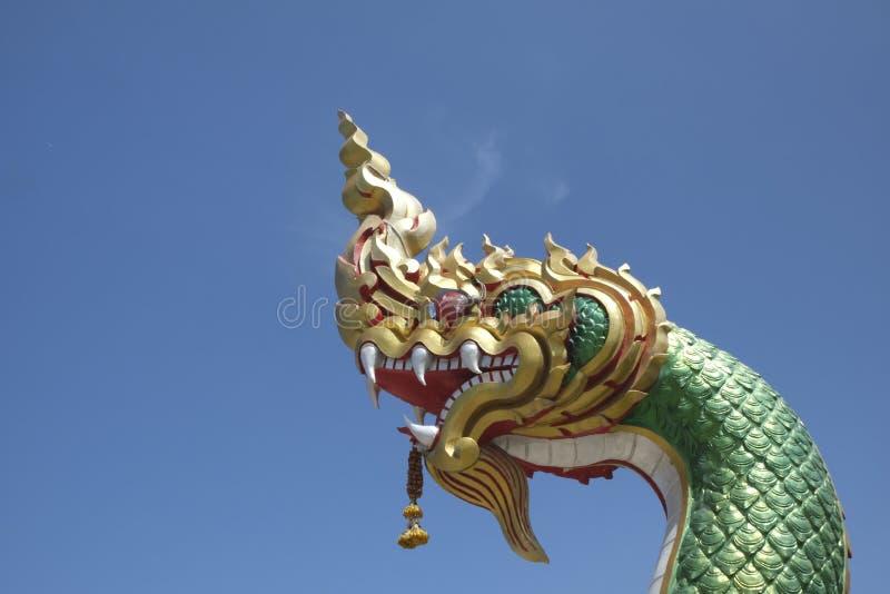 Mityczny Naga wznosi się w niebieskie niebo obrazy royalty free