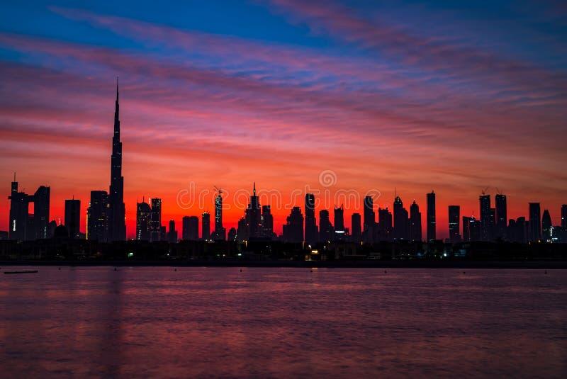 Mityczny ranek, wschód słońca lub półmrok w Dubaj, Świt nad Burj Khalifa Piękny barwiony chmurny niebo nad Dubaj śródmieściem zdjęcie royalty free