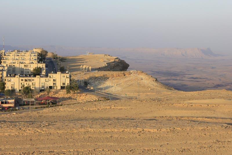 Mitzpe Ramon eine Stadt auf der Klippe stockbilder