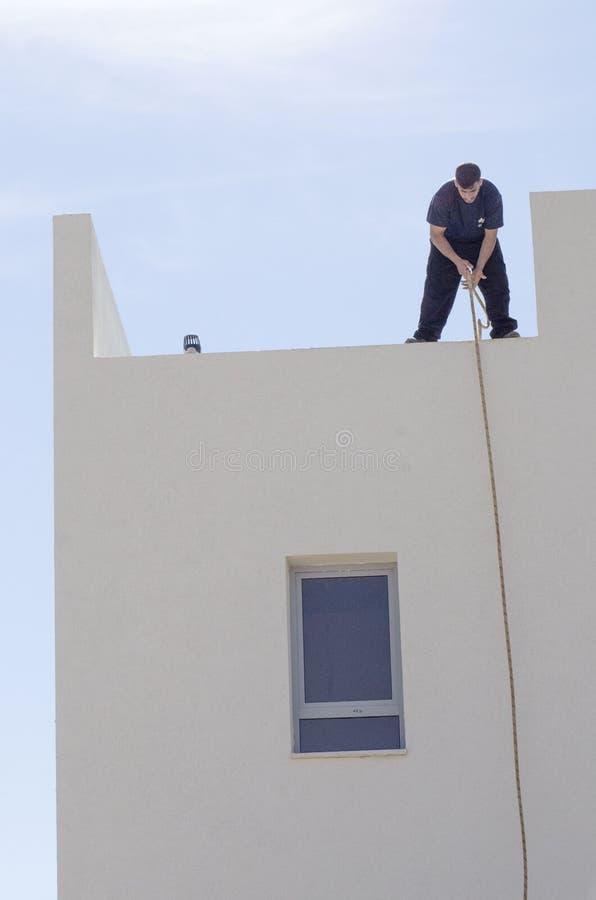 Mitzpe ramon israele l 39 installazione di nuovo scaldabagno solare giovane operaio con una - Installazione scaldabagno ...