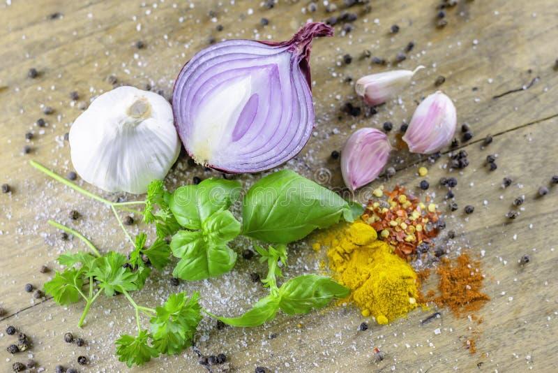 Mixed che cucina gli ingredienti disposti sulla tavola di legno rustica immagini stock