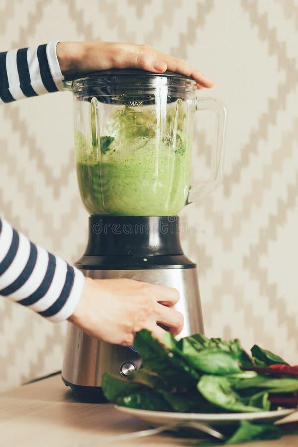 Mixer groene smoothie stock afbeelding