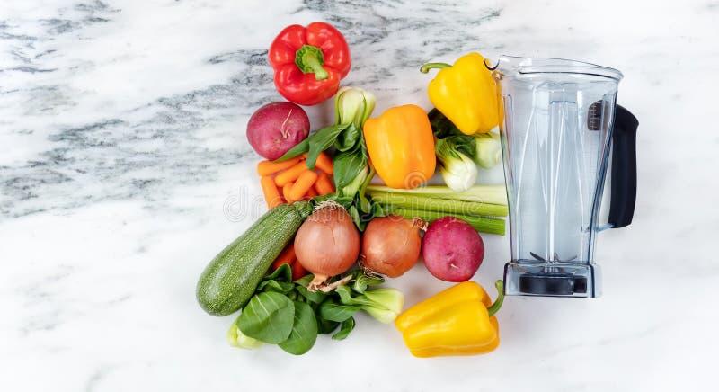 Mixer met organische groenten voor het concept van de gezonde voedingdrank royalty-vrije stock foto