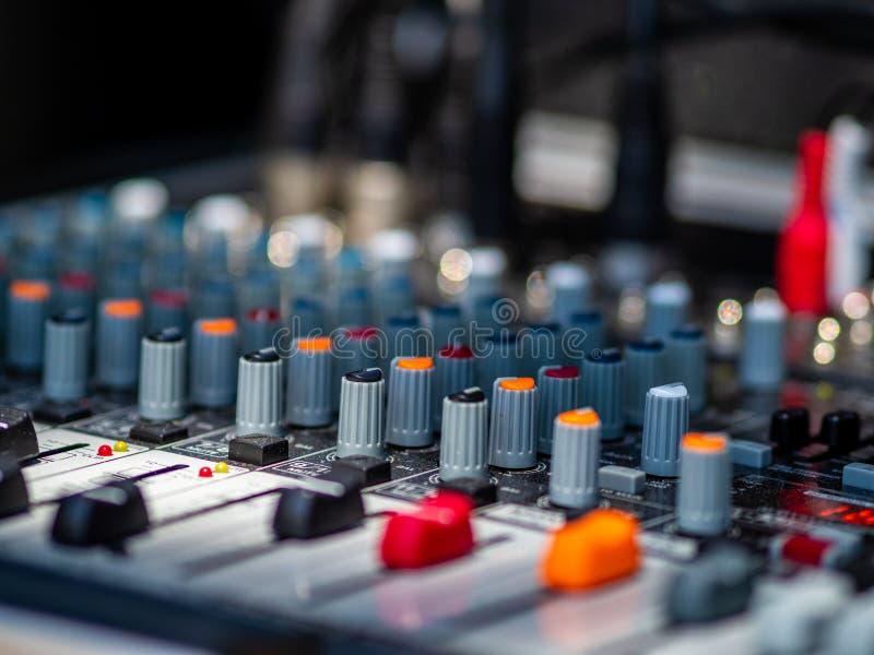 Mixeur son pour le groupe de rock photographie stock libre de droits