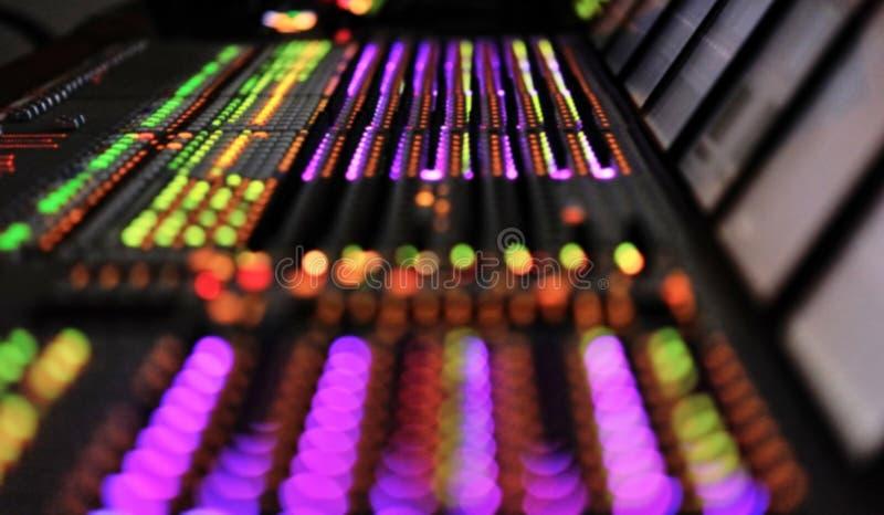 Mixeur son professionnel du DJ Télécommunication à bande large de enregistrement professionnelle de console de mélangeur Fond bro image libre de droits