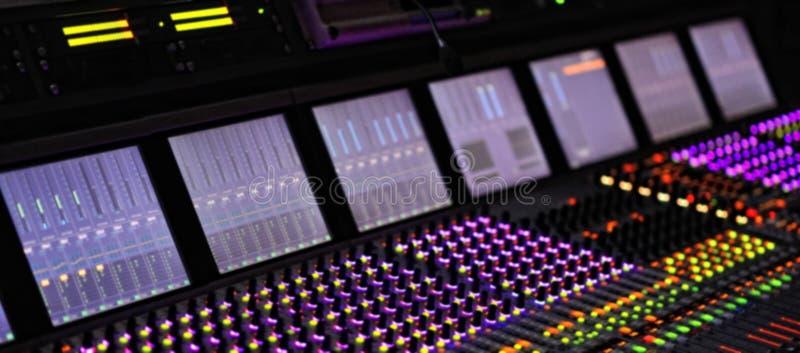 Mixeur son professionnel du DJ T?l?communication ? bande large de enregistrement professionnelle de console de m?langeur Fond bro photos stock