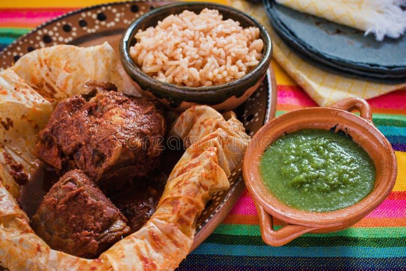 Mixiotes jedzenie w Mexico, Meksykańskiej wołowinie lub jagnięcym opakunku korzennych, obraz royalty free