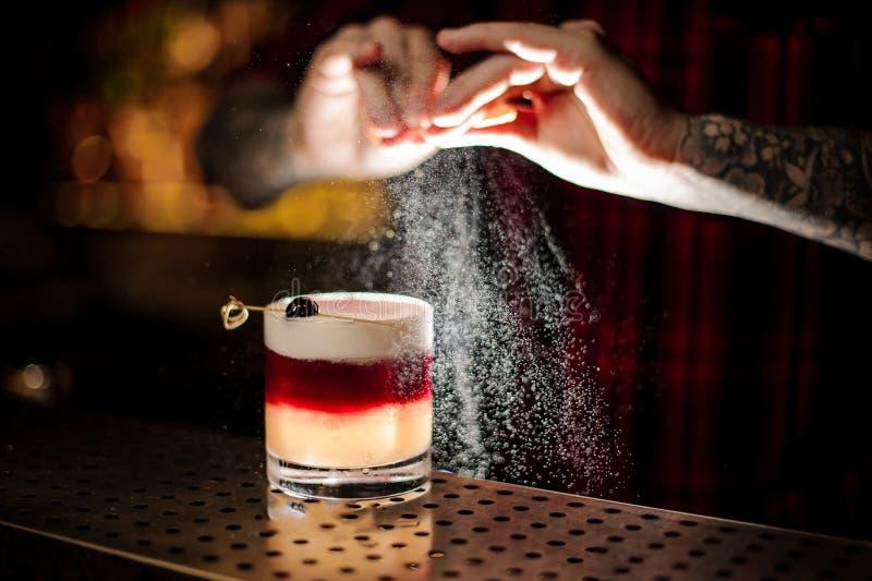 Mixologist tryskaczowy sok pomarańczowy w szkło słodki płatkowaty koktajl obraz stock
