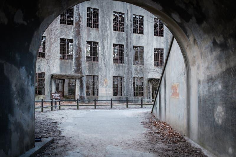 MIYAJIMA, ΙΑΠΩΝΙΑ - 4 ΦΕΒΡΟΥΑΡΊΟΥ 2018: Άποψη από τη σήραγγα στο εγκαταλειμμένο εργοστάσιο δηλητήριων του πολέμου στο νησί κουνελ στοκ φωτογραφία