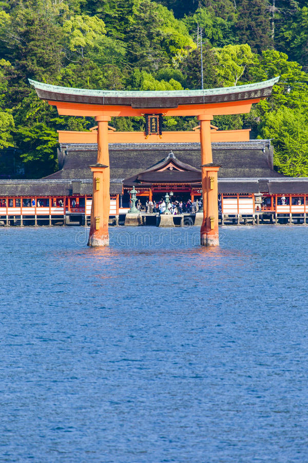 Miyajima, grand torii célèbre de Shinto se tenant dans l'océan à Hiroshima, Japon images stock
