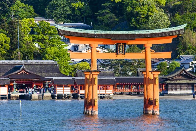 Miyajima, grand torii célèbre de Shinto se tenant dans l'océan à Hiroshima, Japon photos stock