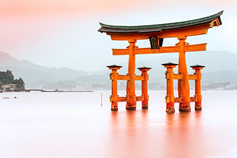 Miyajima, il portone di galleggiamento famoso di Torii, fotografia stock libera da diritti