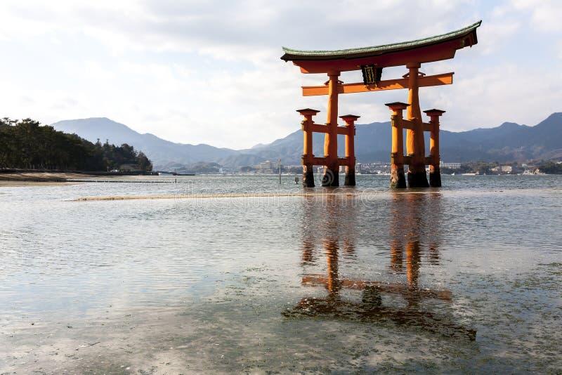 Miyajima, Japão - 28 de dezembro de 2009: Tori Gate de flutuação do santuário de Itsukushima fora da costa da ilha de Miyajima fotografia de stock royalty free