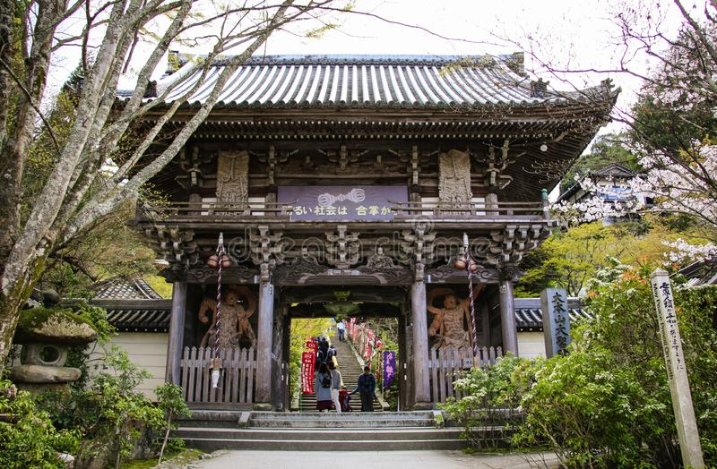 MIYAJIMA, JAPAN - APRIL 01, 2019: De hoofdingang van Niomon in daisho-in Tempel, Miyajima-Eiland, Japan stock afbeelding