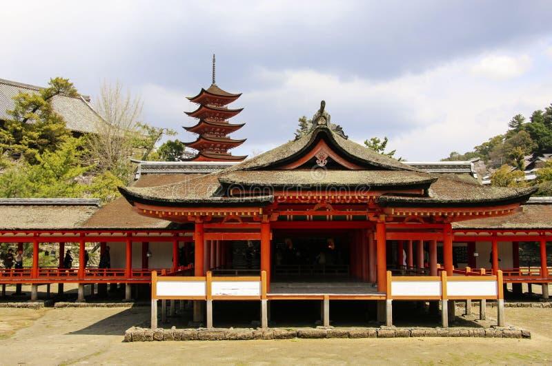 MIYAJIMA, JAPAN - 1. APRIL 2019: Itsukushima-Schreintempel in Miyajima, Japan lizenzfreie stockfotos