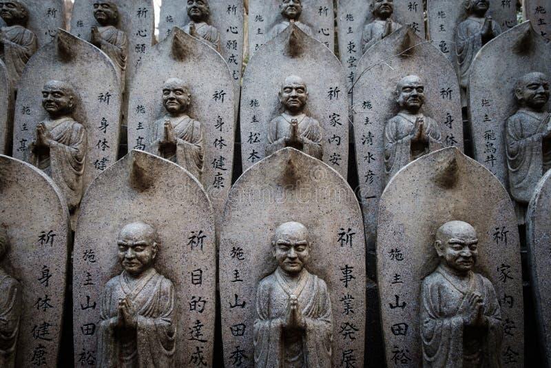 MIYAJIMA, JAPAN - 03 FEBRUARI, 2018: Patroon van de beeldhouwwerken van Steenboedha in heiligdom van Miyajima stock fotografie