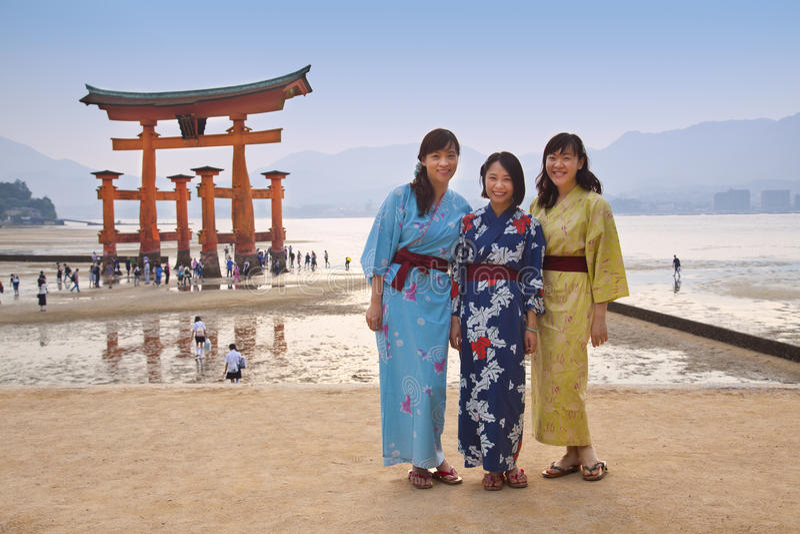 MIYAJIMA JAPONIA, MAJ, - 27: Azjatyccy turyści przed sławną spławową torii bramą Itsukushima świątynia na Miyajima przy zmierzche zdjęcie stock