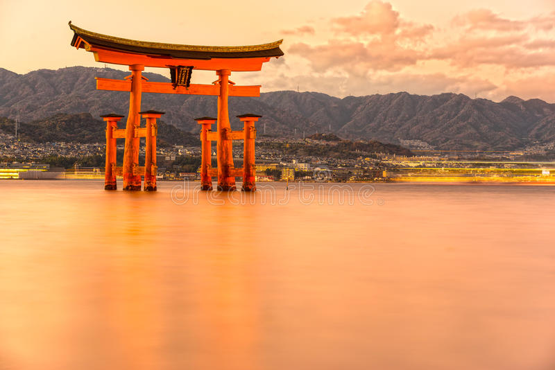 Miyajima Torii port, Japan royaltyfri fotografi