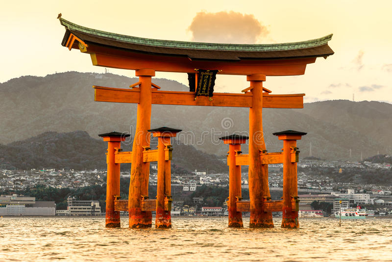 Miyajima Torii port, Japan royaltyfri foto