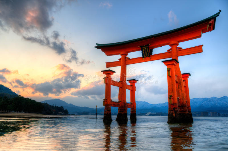 Miyajimapoort bij zonsondergang royalty-vrije stock afbeeldingen