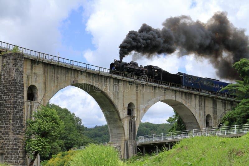 Miyamori-Brücke und Dampflokomotive stockfotos