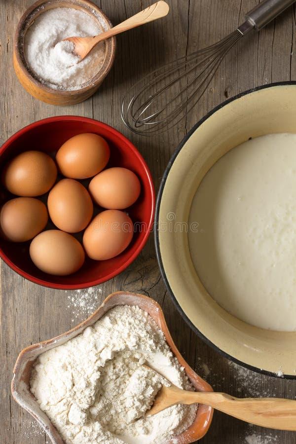 Mjöl ägg, viftar i en kopp av kefir och för förberedelsen av deg arkivfoton