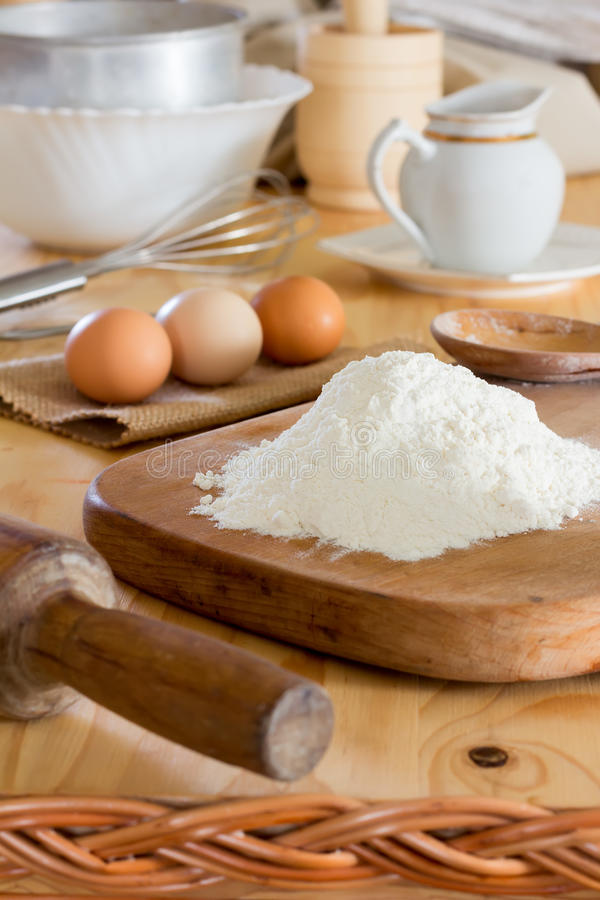 Mjöl och rå fega ägg arkivbilder