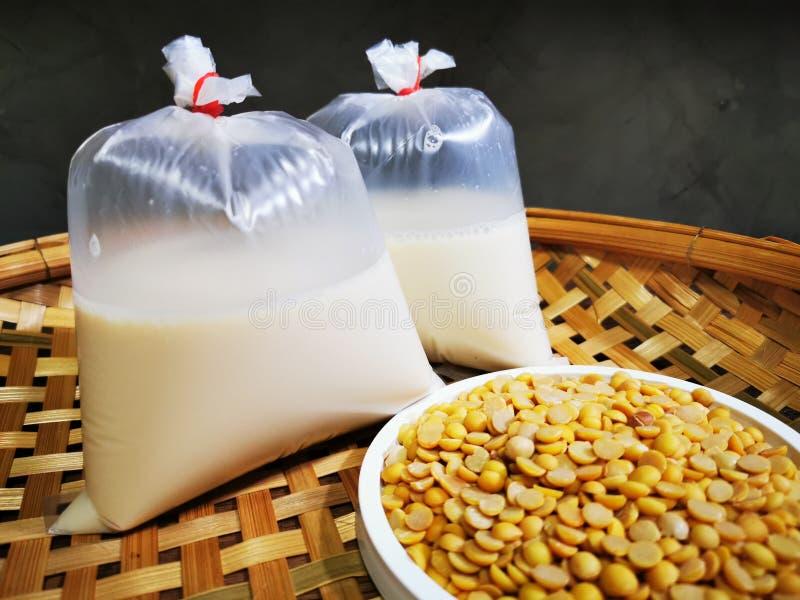 Mjölk av soja och soja är hälsosam för ett gott liv arkivfoto