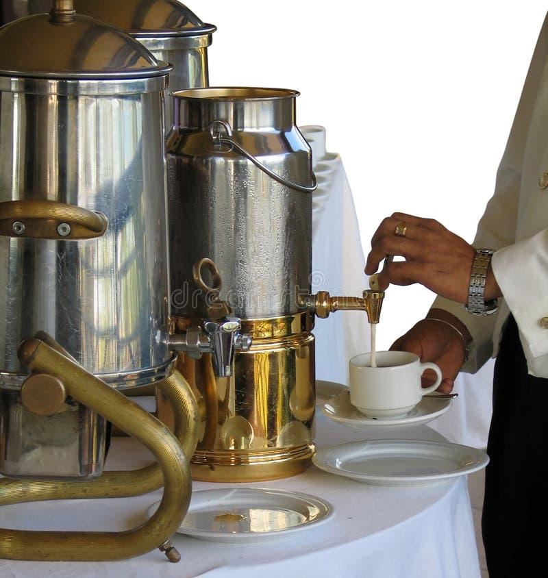Mjölka Att Hälla Royaltyfria Bilder