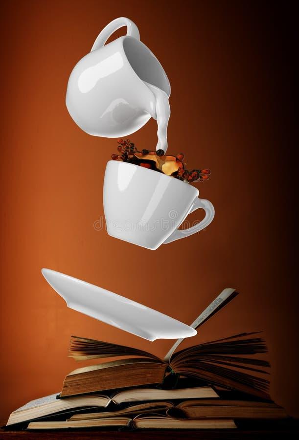 Mjölka att hällas in i den lilla koppen kaffe 3d stock illustrationer