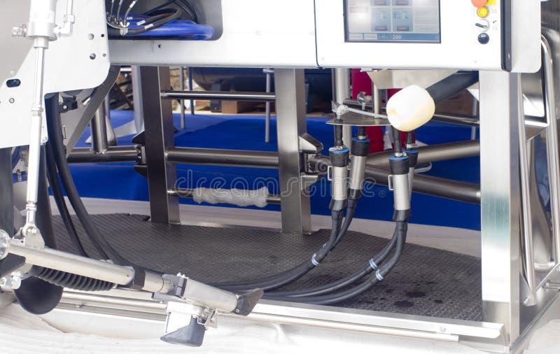 Mjölka automatiserad utrustning royaltyfri foto