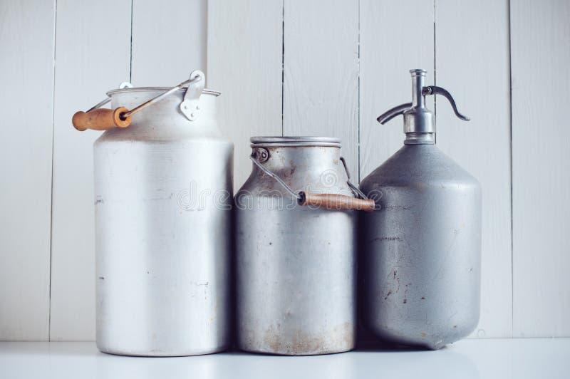 Mjölka cans och en hävert arkivfoton