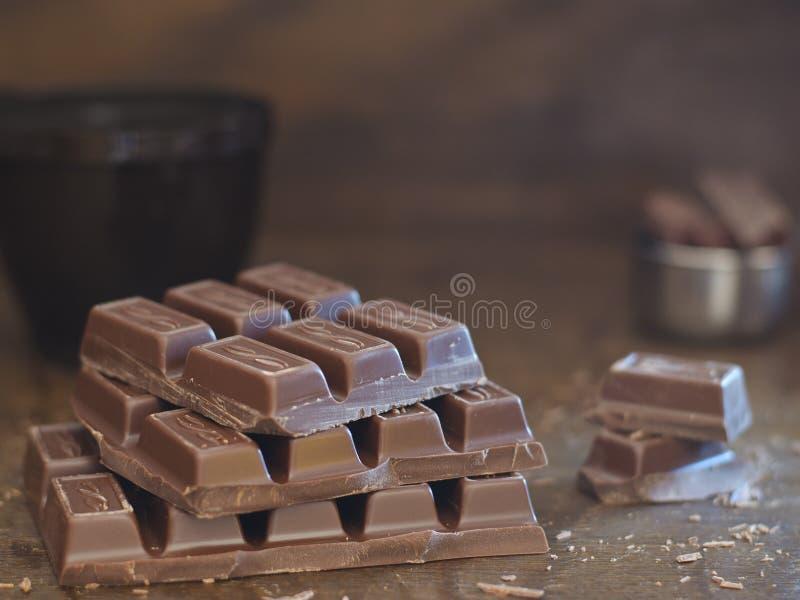 Mjölka choklad på brun bakgrund arkivfoton