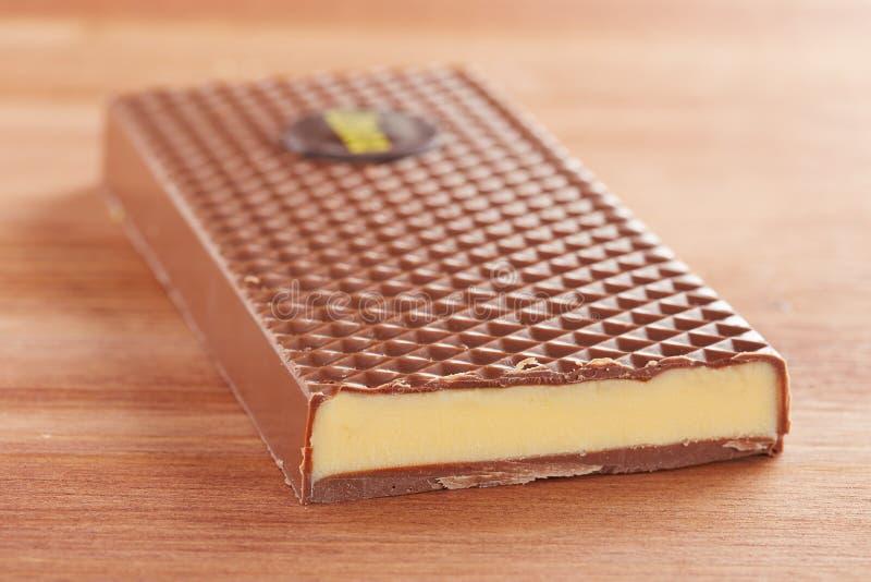 Mjölka chokladstången med citronkräm arkivbild