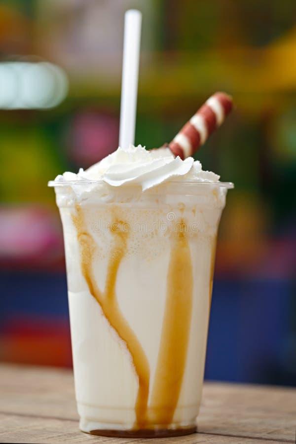 Mjölka coctailen som dekoreras med konfekt Kall söt efterrätt royaltyfria foton