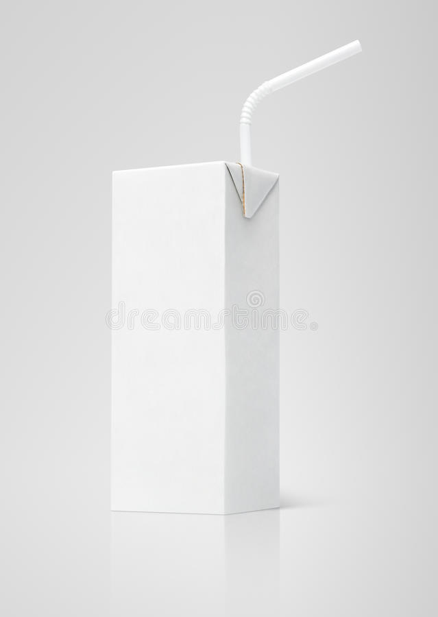 Mjölka eller den vita lådapacken för fruktsaft med sugrör royaltyfri foto