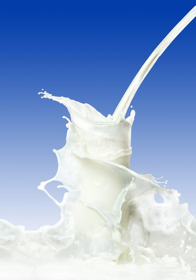 mjölka färgstänk arkivfoton