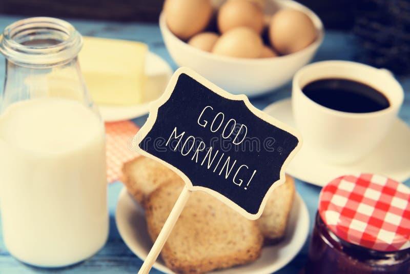 Mjölka, kaffe och rostade bröd och den bra morgonen för text arkivfoton