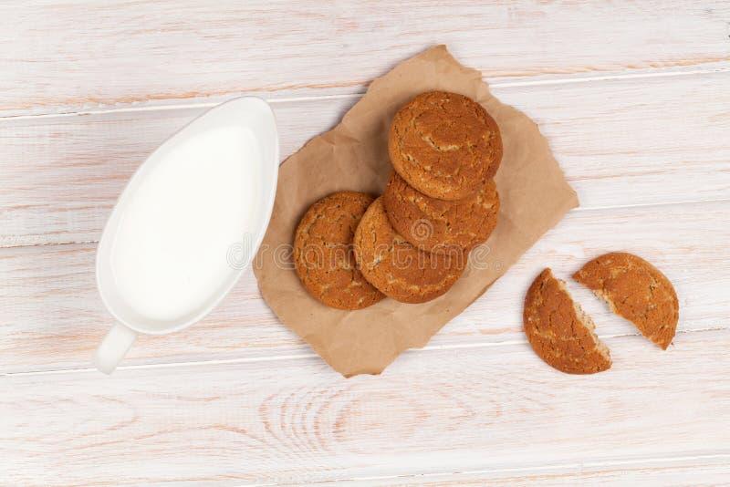 Mjölka kanna- och pepparkakakakor royaltyfri fotografi