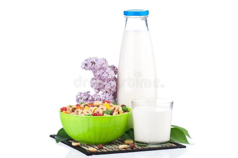 Mjölka med smaklig cornflakes royaltyfri foto