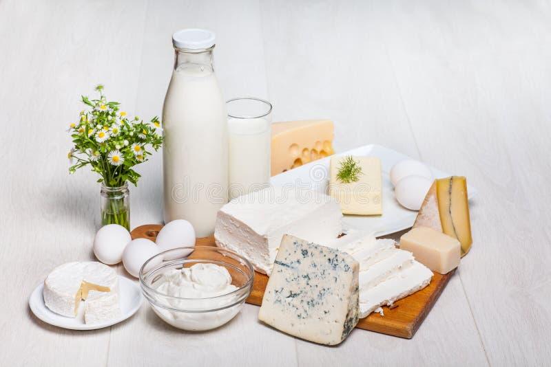 Mjölka och mat på träbakgrund royaltyfri bild