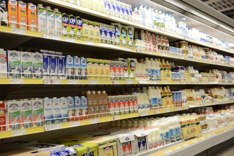 Mjölka och mejeriprodukter på hyllor royaltyfria foton