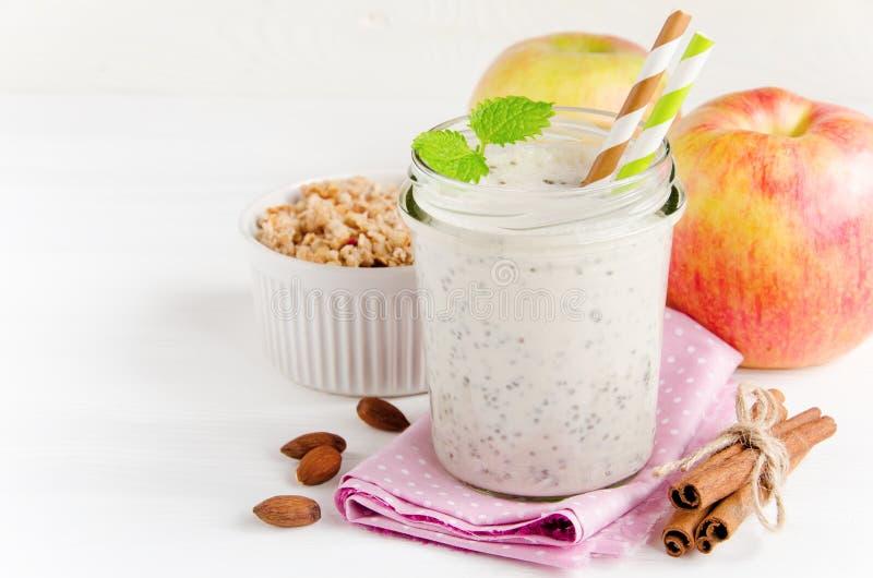 Mjölka smoothies med chia i den glass kruset royaltyfri fotografi