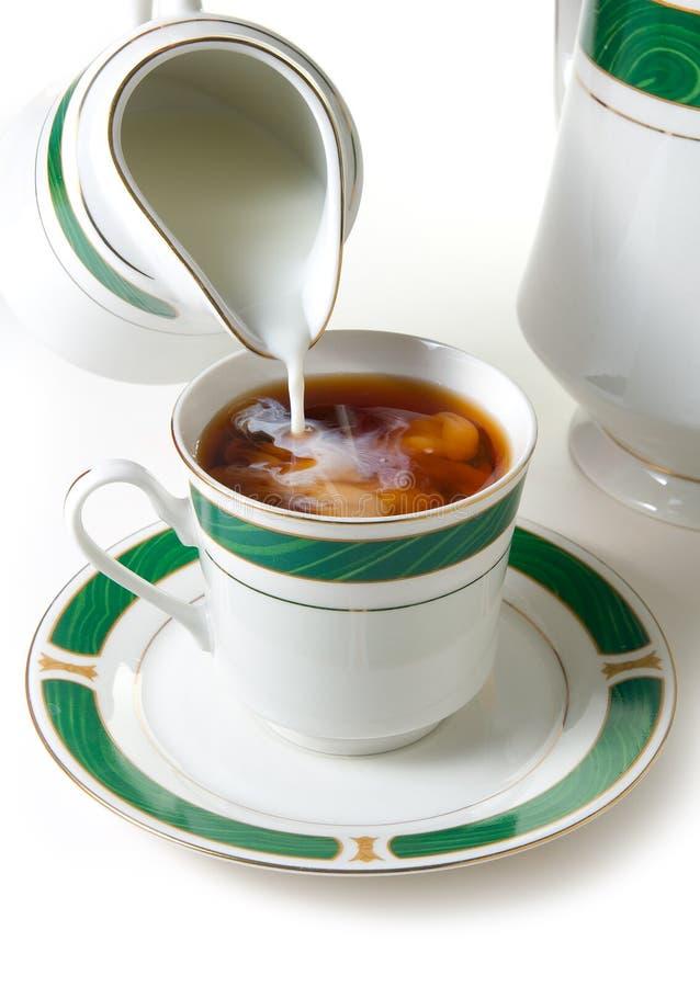 mjölka tea arkivfoto
